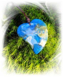 blaues Herz auf grünen Moos